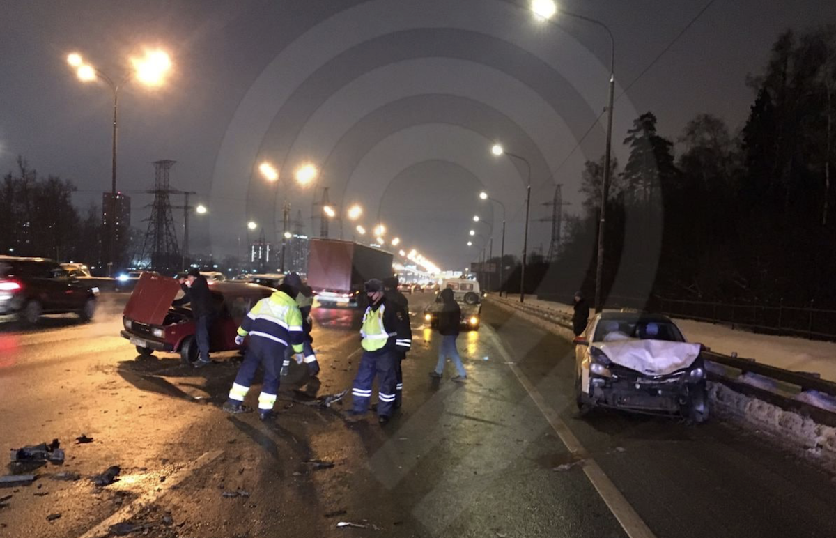 Движение затруднено в районе 107-го км МКАД из-за ДТП с участием трех автомобилей
