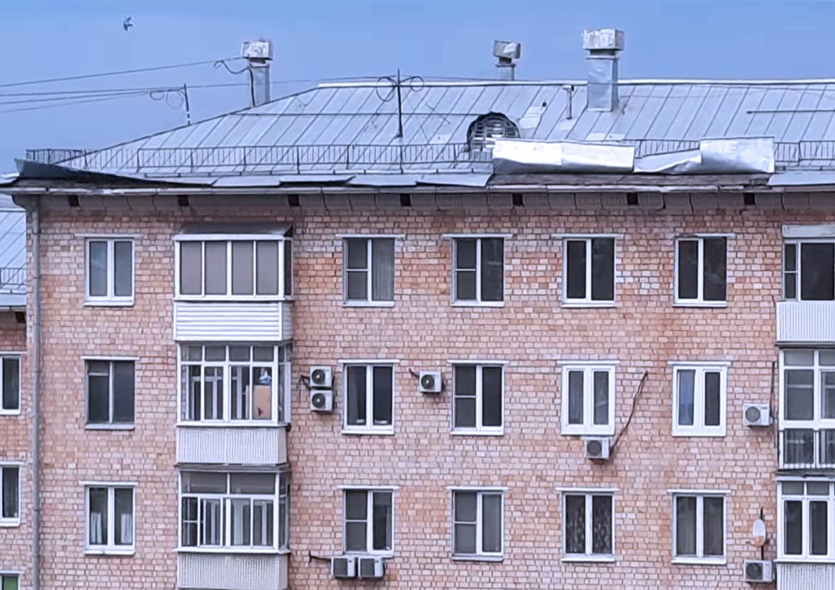 В Москве сильный ветер поднимает крыши домов